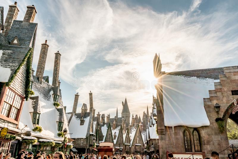 ORLANDO FLORIDA, USA - DECEMBER, 2017: De gamla husen på Harry Potter Hogsmeade, Wizarding värld av Harry Potter i öar av annonse royaltyfria bilder