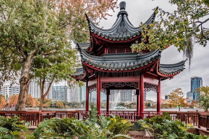 ORLANDO FLORIDA, USA - DECEMBER, 2018: Den h?rliga kinesiska bodegaen p? sj?n Eola parkerar i Autumn Season, i stadens centrum Or royaltyfri foto