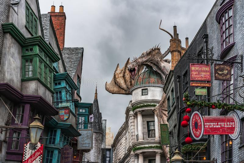 ORLANDO FLORIDA, USA - DECEMBER, 2018: Den Wizarding världen av Harry Potter —Diagon Alley på Universal Studios Florida royaltyfri bild