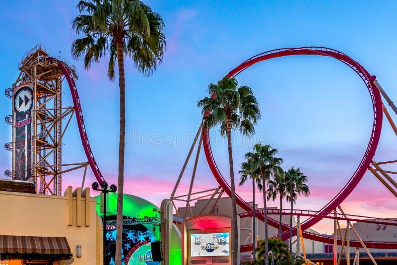 ORLANDO, FLORIDA, USA - DEZEMBER 2017: Reiter genießen die Riss-Fahrt-Rockit-Achterbahn an Universal Studios-Freizeitpark lizenzfreie stockbilder