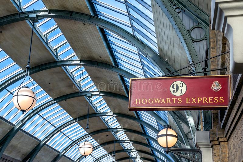 ORLANDO, LA FLORIDA, LOS E.E.U.U. - DICIEMBRE DE 2017: El mundo de Wizarding de Harry Potter - la estación y la plataforma de tre fotografía de archivo libre de regalías