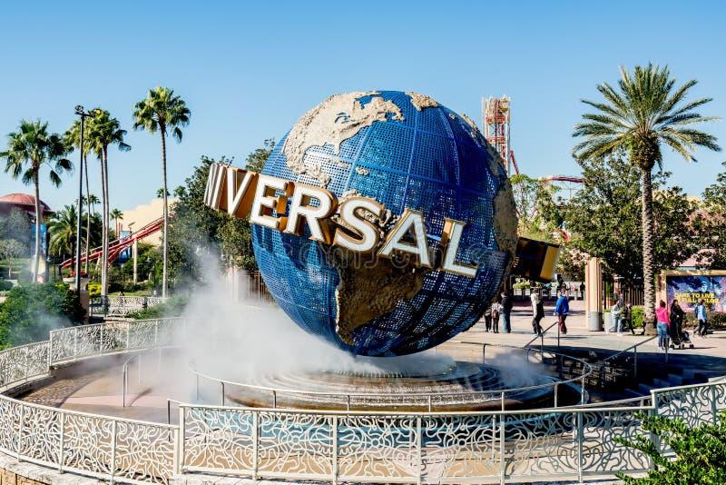ORLANDO, LA FLORIDA, LOS E.E.U.U. - DICIEMBRE DE 2017: Globo icónico de los estudios universales situado en la entrada al parque  imagen de archivo libre de regalías