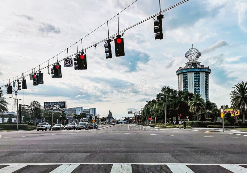 ORLANDO, LA FLORIDA, LOS E.E.U.U. - DICIEMBRE DE 2018: Orlando International Drive, calles con la vista de una alta subida que pa fotografía de archivo libre de regalías