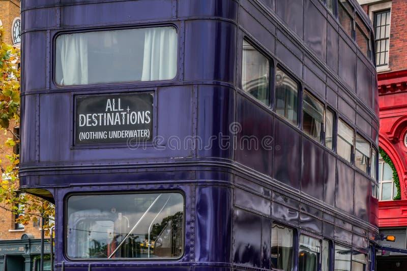 ORLANDO, LA FLORIDA, LOS E.E.U.U. - DICIEMBRE DE 2018: Todos los destinos, el caballero Bus, usado para escoger a magos para arri fotos de archivo