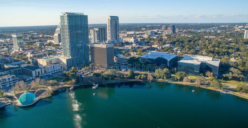 Orlando powietrzna linia horyzontu wzdłuż Jeziornego Eola obraz stock