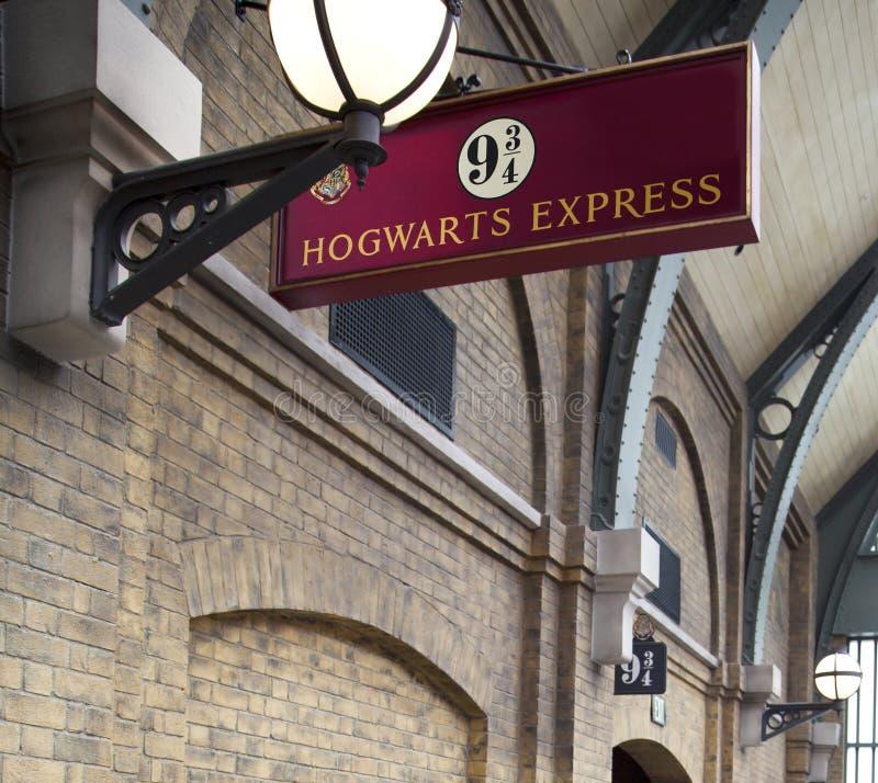 ORLANDO, U.S.A. - 4 AGOSTO 2014: Segno 9 3/4 di Hogwarts preciso immagini stock libere da diritti