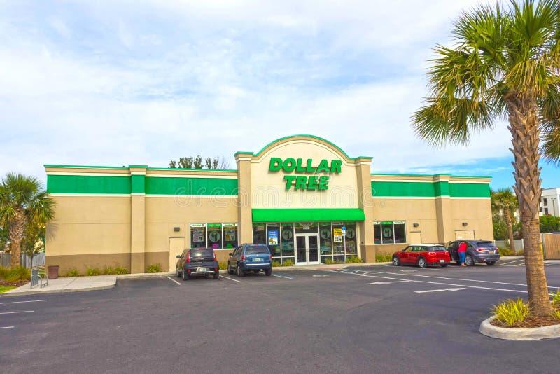 Orlando, U.S.A. - 29 aprile 2018: L'esterno dell'albero del dollaro, che è uno di parecchi depositi del dollaro ha trovato attrav immagini stock