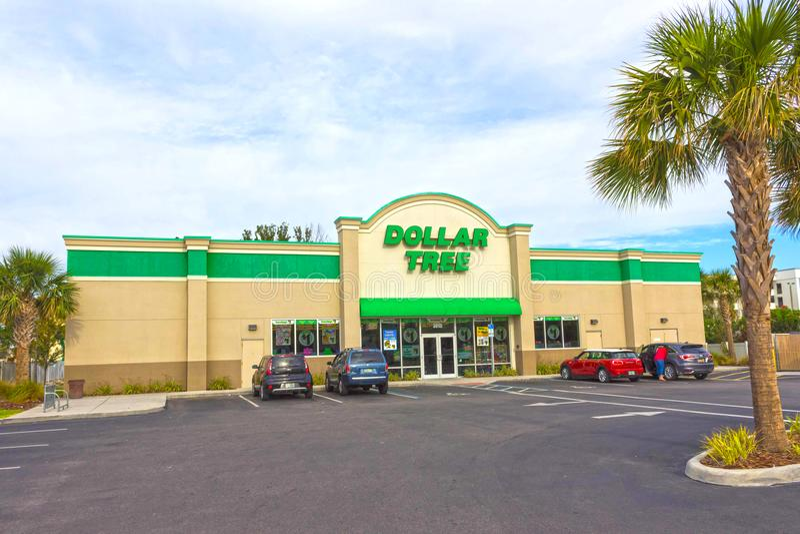 Orlando, USA - 29. April 2018: Äußeres des Dollar-Baums, der einer einiger Dollarspeicher ist, fand über vereinigt stockbilder