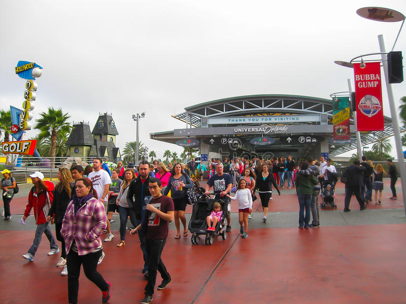 Orlando USA - Januari 02, 2014: En folkmassa av besökare som går in mot ingången av de universella Orlando nöjesfälten royaltyfri bild