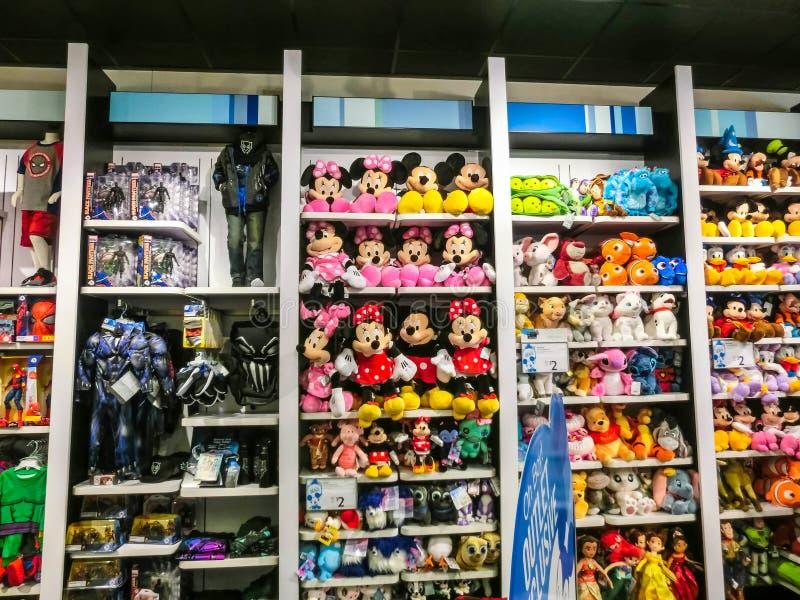 Orlando USA - Maj 10, 2018: De färgrika leksakerna på Disney lagrar Orlando för den inomhus shoppinggallerian högvärdigt uttag på arkivfoto