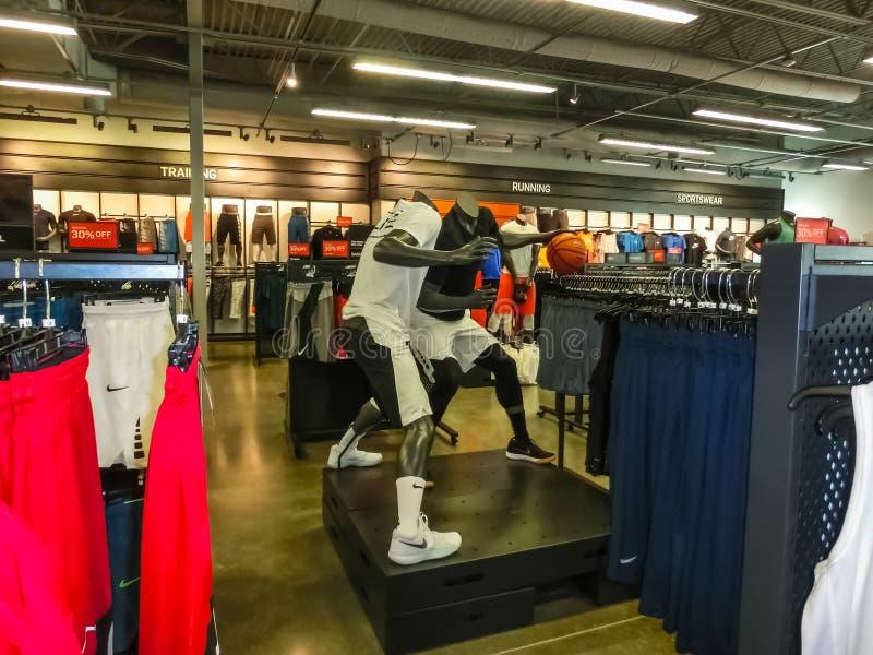 Orlando USA - Maj 10, 2018: NIKE shoppar på shoppinggalleriaOrlando högvärdigt uttag på Orlando, USA royaltyfri fotografi