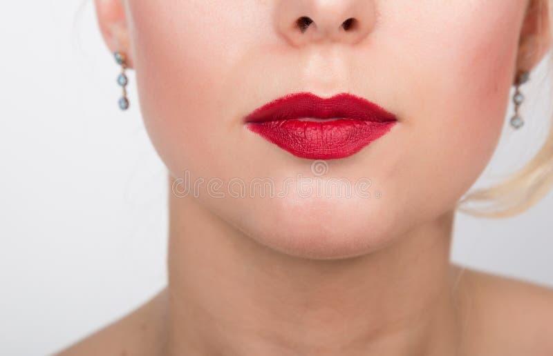 Orli sexy Dettaglio rosso di trucco del labbro di bellezza Bello primo piano di trucco Sensuale apra la bocca Fine del fronte del fotografie stock