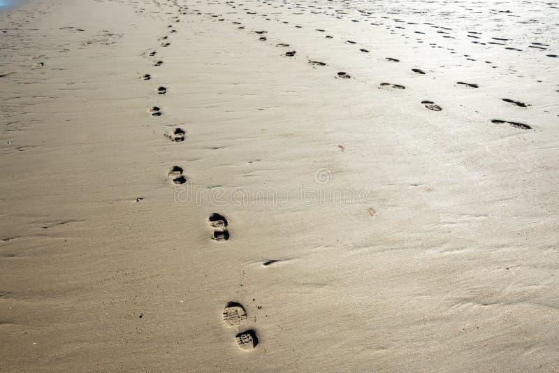 Orme e tracce sulla spiaggia sabbiosa a bassa marea - 1 fotografia stock