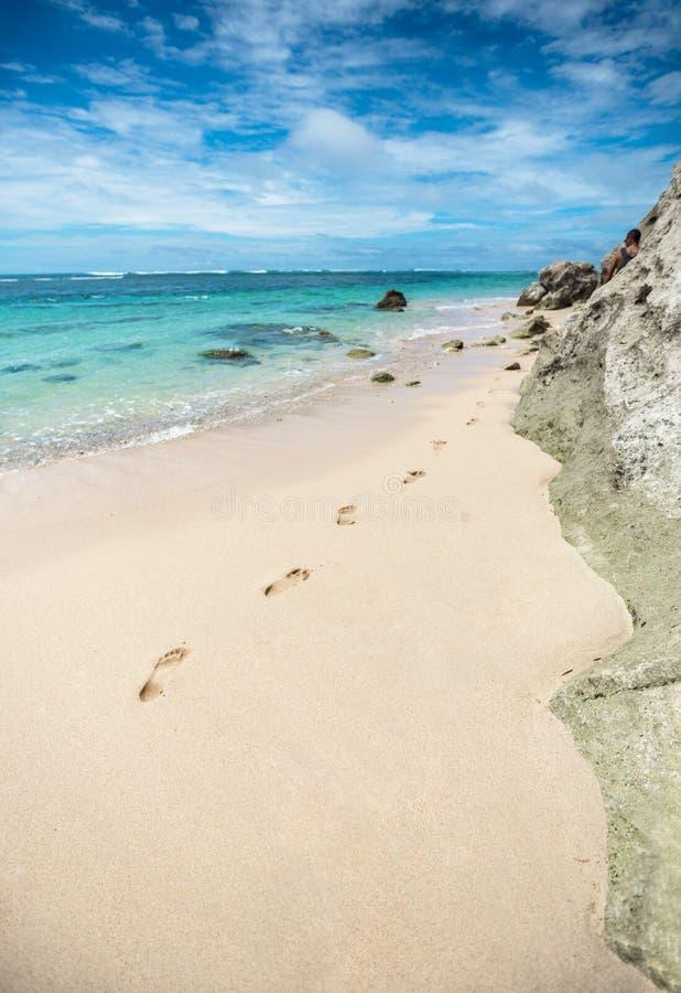 Orme nella sabbia sulla spiaggia fotografia stock