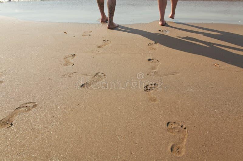 Orme in sabbia bagnata fotografie stock