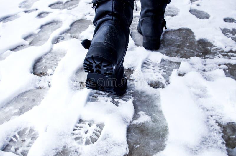 Orme sporche nell'inverno della neve Pista dagli stivali sul tra immagine stock