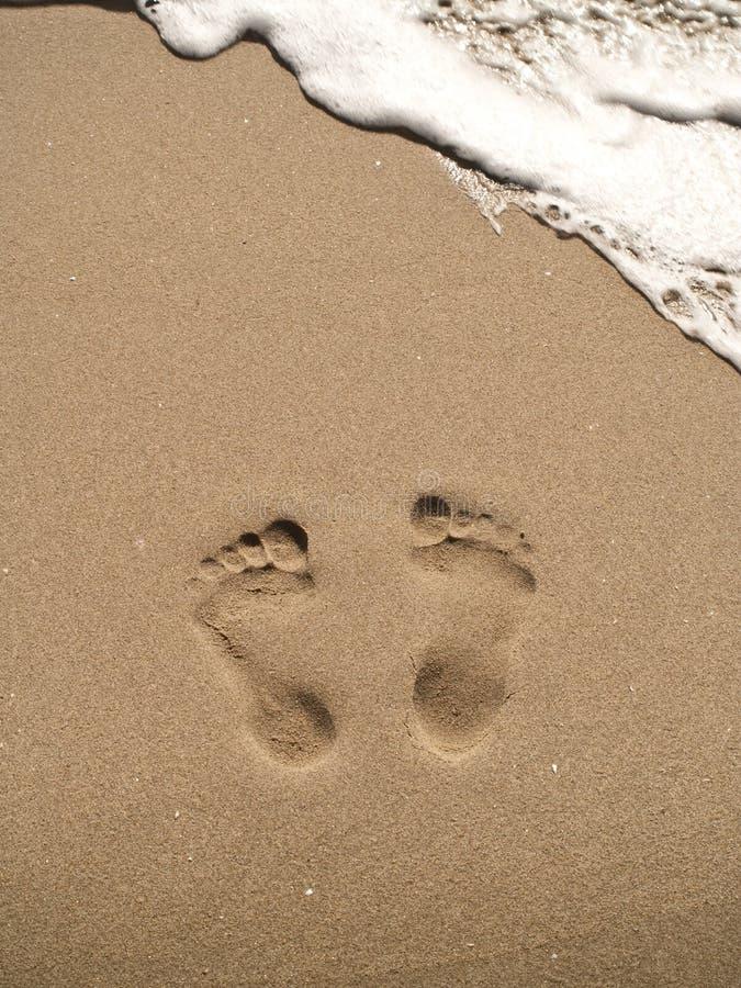 Orme sulla spiaggia della sabbia immagini stock immagine for Disegni moderni della casa sulla spiaggia