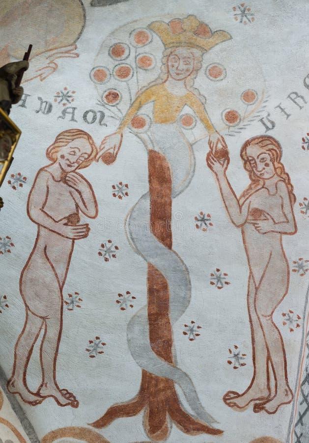 Ormen ger förbjudna frukten till Adam och helgdagsaftonen, ett gotiskt royaltyfria bilder