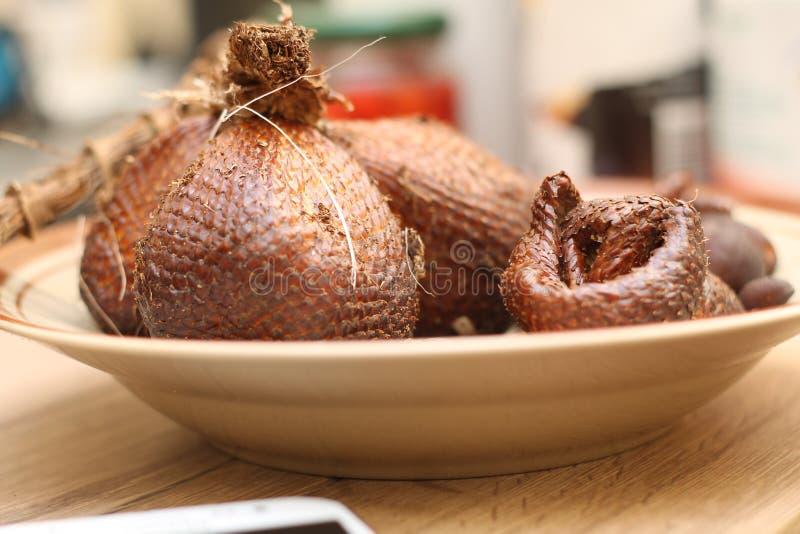 Ormfrukt på tabellen arkivbild