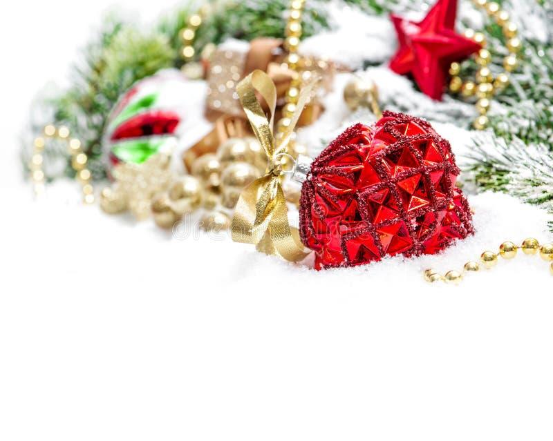 Orname de oro de la nieve de la decoración de la chuchería roja de las ramas de árbol de navidad fotos de archivo
