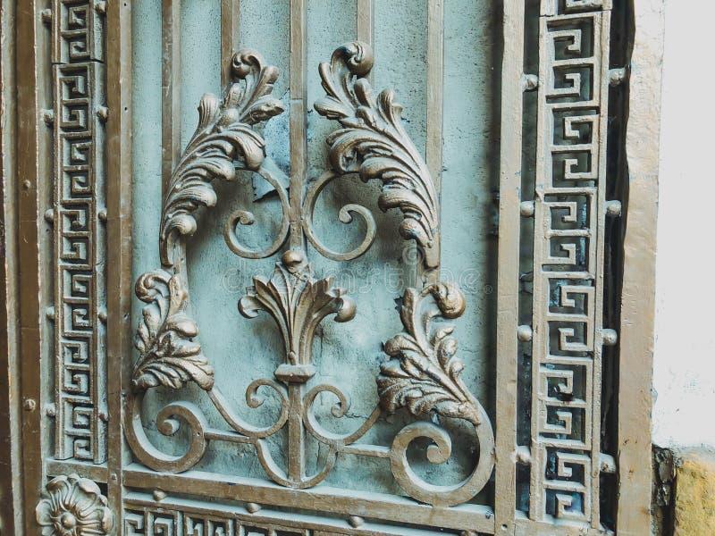 Ornament, detail van een ijzerpoort Ijzer-gesmeed poortendecor en ornament in de stadsstraten De oude architectuur van Tbilisi royalty-vrije stock afbeeldingen