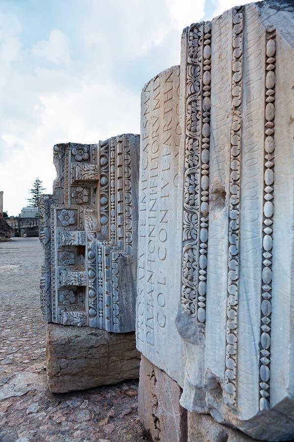 Ornament en inschrijvingen op fragmenten van de structuur van oude Roman baden dichtbij stad van Carthago Tunesië stock afbeeldingen