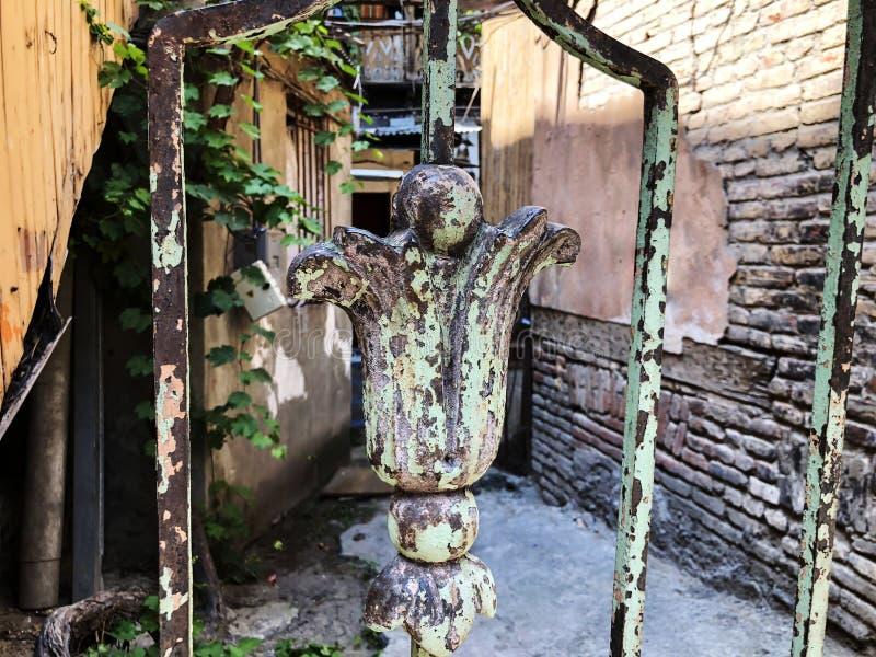 Ornament, szczeg?? ?elazna brama Stara Tbilisi architektura, jard, okno w letnim dniu stara ceglana ?ciana zdjęcia royalty free