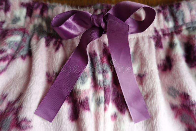 Ornamentacyjna kępka robić purpurowy atłasowy faborek obrazy stock