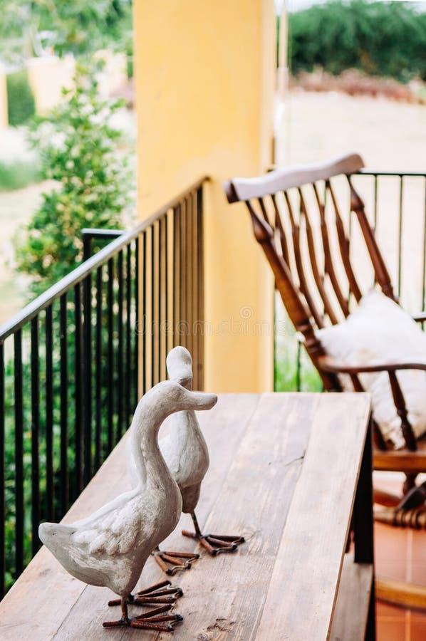 Ornamentacyjna kaczki rodziny kamienia rze?ba na drewno stole zdjęcie royalty free