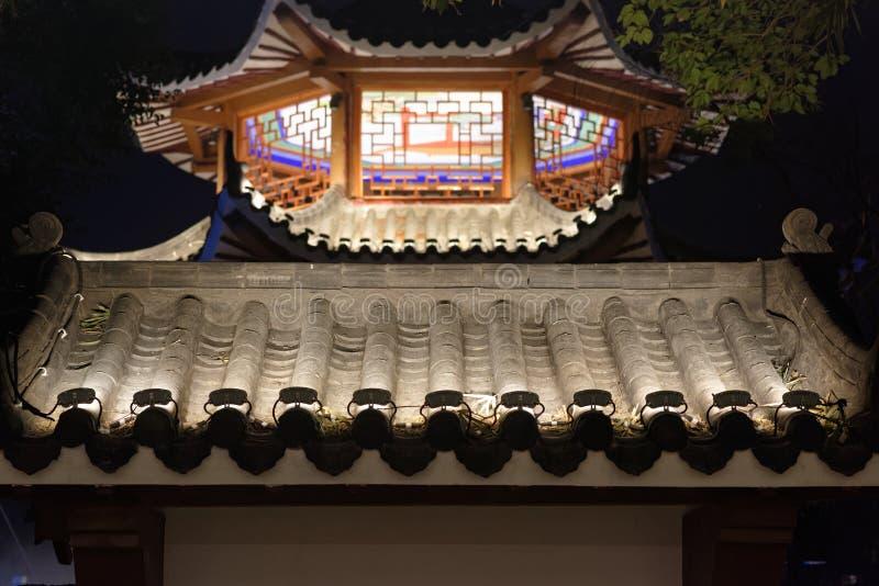 Ornamentacyjna okapu pawilonu parka noc obrazy stock
