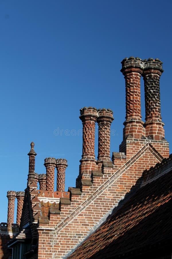 Ornamentacyjni ceglani kominy zdjęcia royalty free