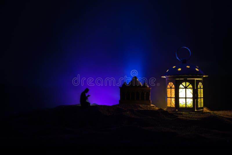 Ornamentacyjny Arabski lampion z p?on?c? ?wieczk? jarzy si? przy noc? ?wi?teczna kartka z pozdrowieniami, zaproszenie dla Muzu?ma zdjęcia royalty free