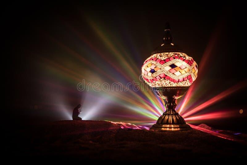 Ornamentacyjny Arabski lampion z p?on?c? ?wieczk? jarzy si? przy noc? ?wi?teczna kartka z pozdrowieniami, zaproszenie dla Muzu?ma obrazy royalty free
