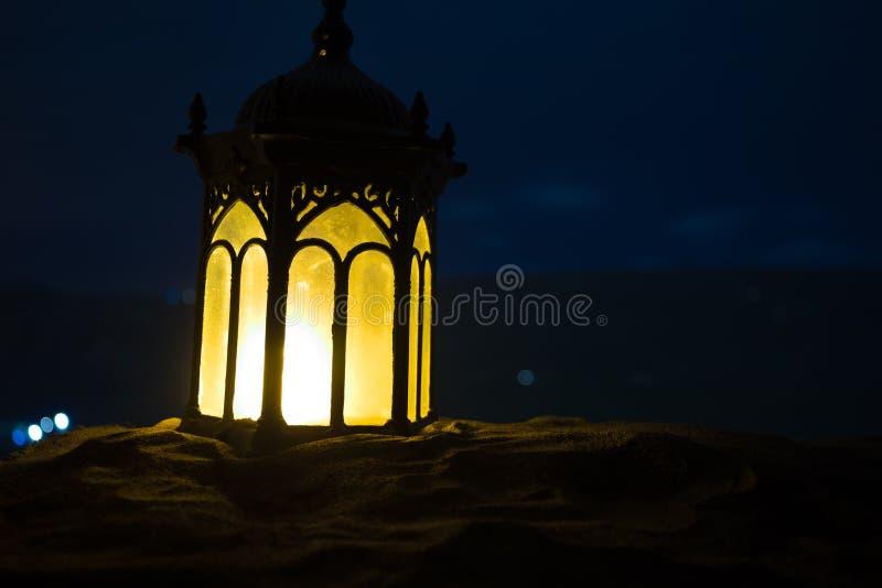 Ornamentacyjny Arabski lampion z p?on?c? ?wieczk? jarzy si? przy noc? ?wi?teczna kartka z pozdrowieniami, zaproszenie dla Muzu?ma obraz stock