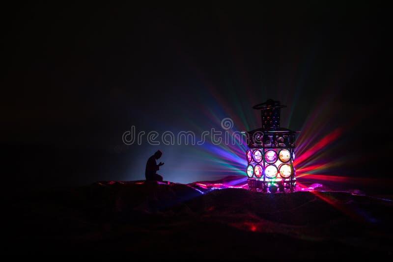 Ornamentacyjny Arabski lampion z p?on?c? ?wieczk? jarzy si? przy noc? ?wi?teczna kartka z pozdrowieniami, zaproszenie dla Muzu?ma zdjęcie royalty free