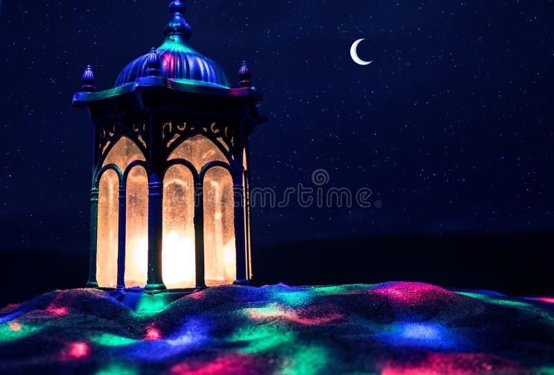 Ornamentacyjny Arabski lampion z p?on?c? ?wieczk? jarzy si? przy noc? ?wi?teczna kartka z pozdrowieniami, zaproszenie dla Muzu?ma obraz royalty free