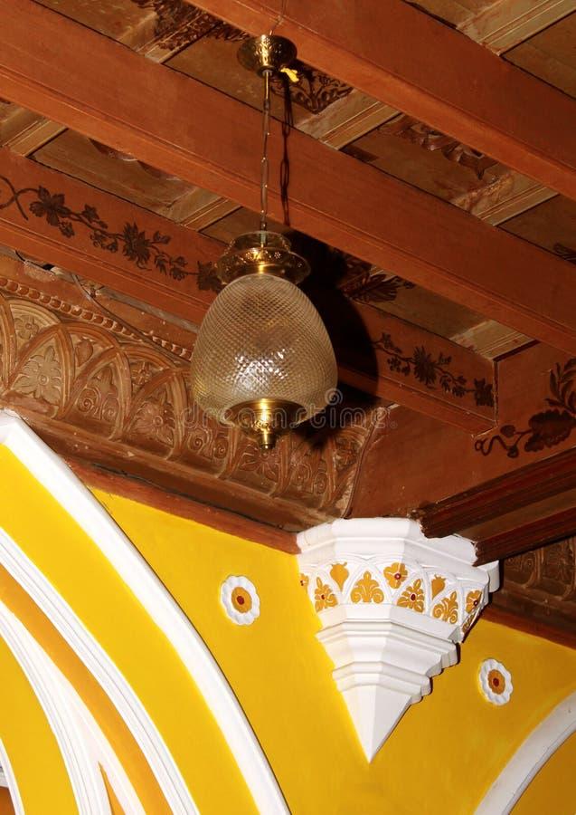 Ornamentacyjny drewniany sufit z klasyczną lampą w pałac Bangalore obraz stock