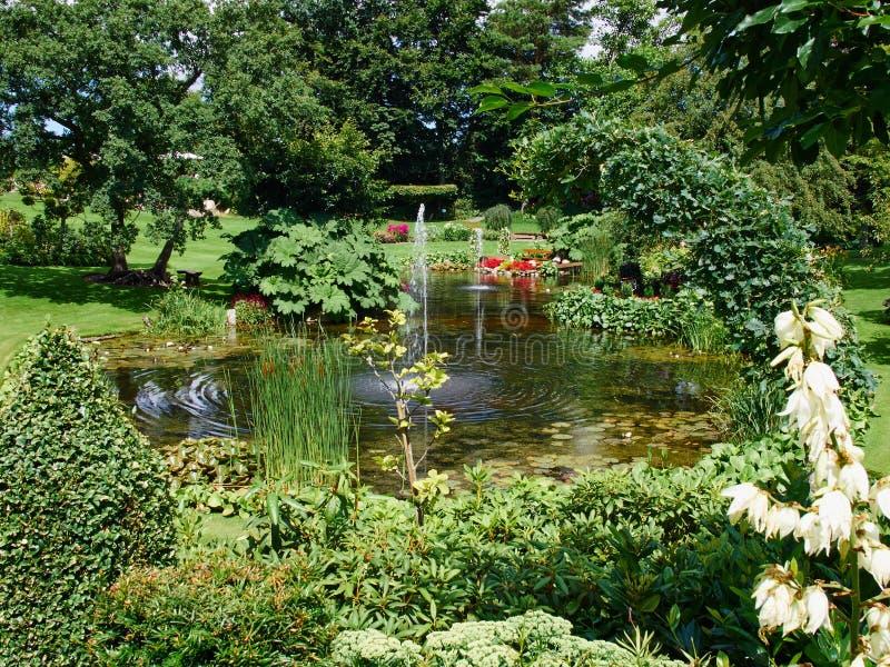Ornamentacyjny staw i wodna fontanna w ogródzie fotografia stock