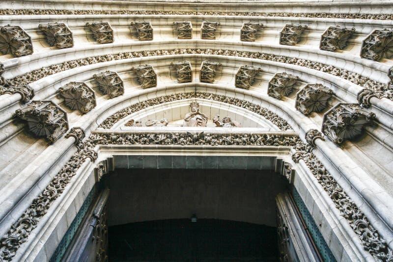 Ornamenten in de boog van de ingangsdeur van een kerk, Sevilla, Spanje stock afbeeldingen