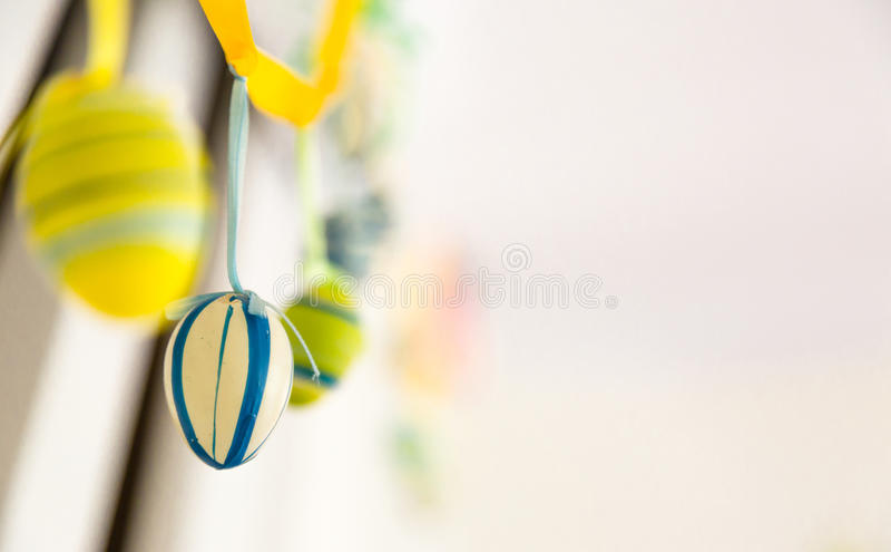 Ornamenten van huis de met de hand gemaakte gelukkige Pasen, blauwe decoratie, geel, stock afbeelding