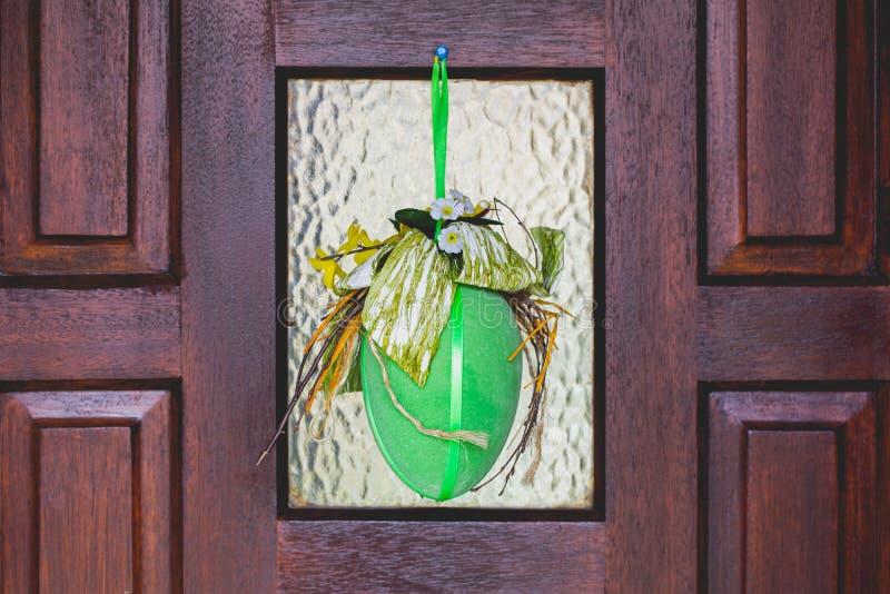 Ornamenten van huis de met de hand gemaakte gelukkige Pasen, groene decoratie, geel, royalty-vrije stock afbeelding