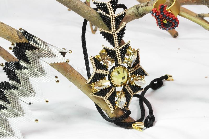 Ornamenten van parels worden gemaakt die stock foto