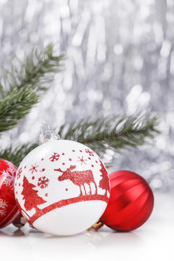 Ornamenti bianchi e rossi di Natale sul fondo del bokeh di scintillio con spazio per testo Natale e buon anno fotografia stock libera da diritti