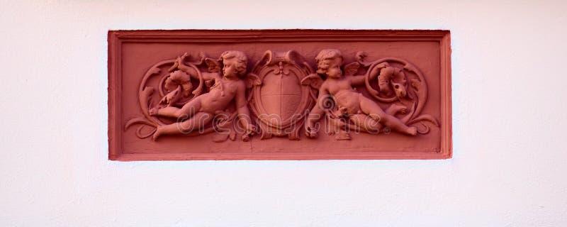 Ornamenti con il putti su una casa storica dal 1888 in Greifswald, Germania fotografia stock libera da diritti