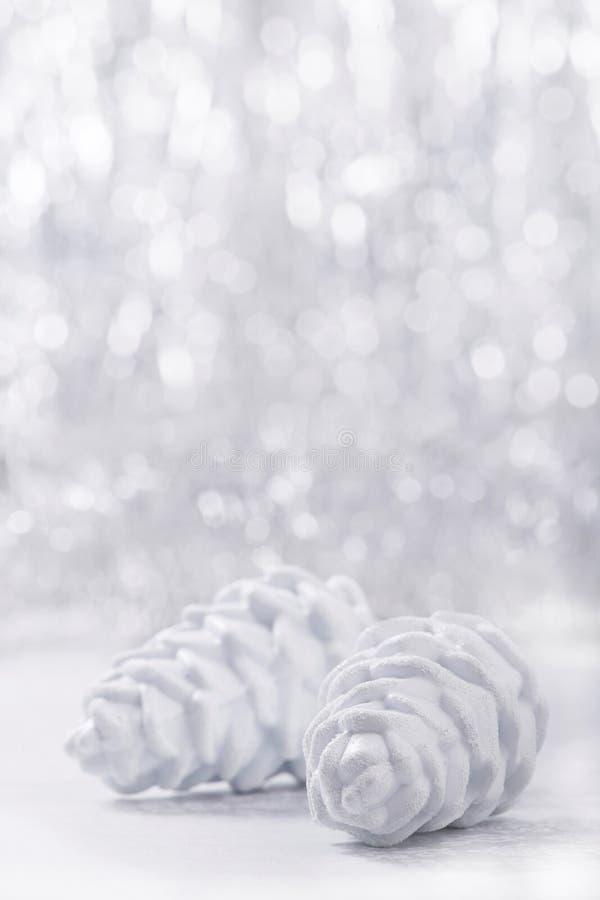 Ornamenti di natale bianco e dell'argento sul fondo del bokeh di scintillio con spazio per testo Natale e buon anno fotografia stock libera da diritti