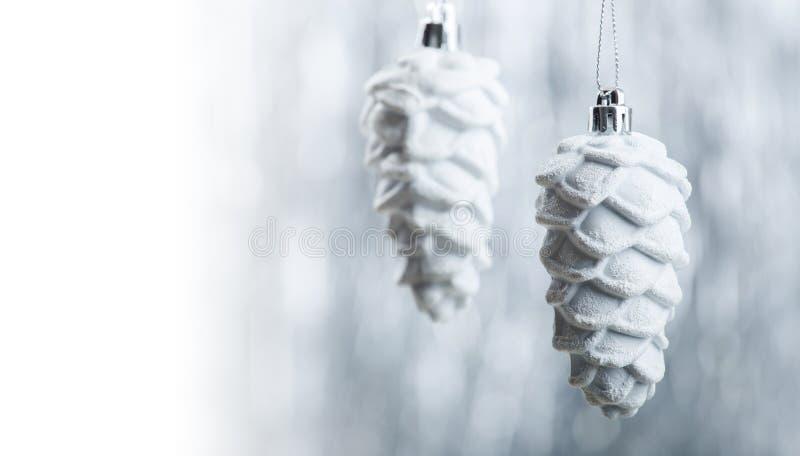 Ornamenti di natale bianco e dell'argento sul fondo del bokeh di scintillio con spazio per testo Natale e buon anno fotografie stock