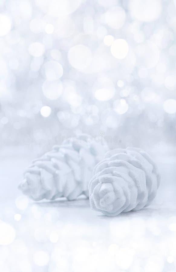 Ornamenti di natale bianco e dell'argento sul fondo del bokeh di scintillio con spazio per testo fotografie stock