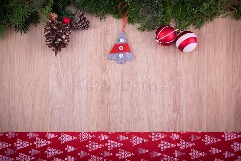 Ornamenti di Natale con il nastro, il pino ed i coni rossi fotografia stock libera da diritti