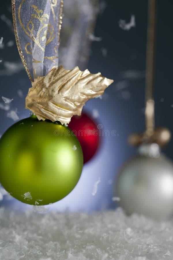 Ornamenti di natale con neve di caduta immagini stock libere da diritti