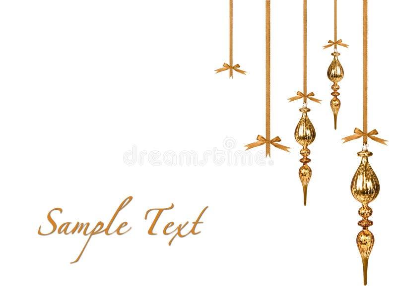 Ornamenti di natale dell'oro che appendono in modo bello fotografie stock libere da diritti